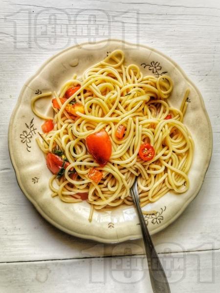 Лесни обикновени спагети със зехтин и домати - снимка на рецептата